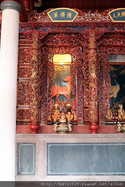 牛峰境五靈公廟正殿龍邊神龕,奉祀:陳將軍