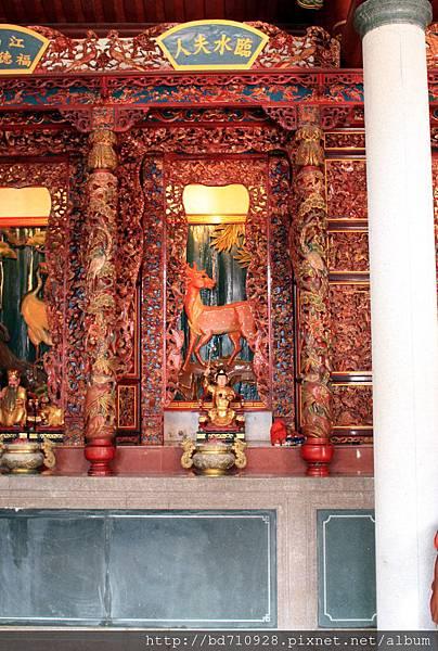 牛峰境五靈公廟正殿虎邊神龕,奉祀:臨水夫人