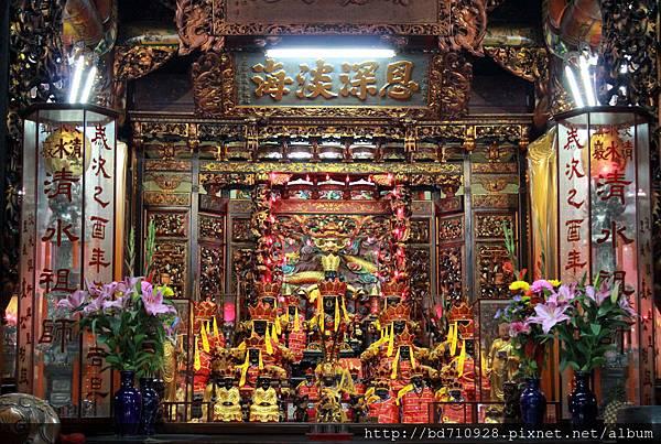 清水巖正殿主祀清水祖師,是淡水居民很重要的信仰中心