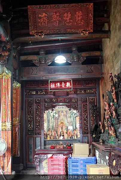 正殿左邊神龕奉祀觀音佛祖