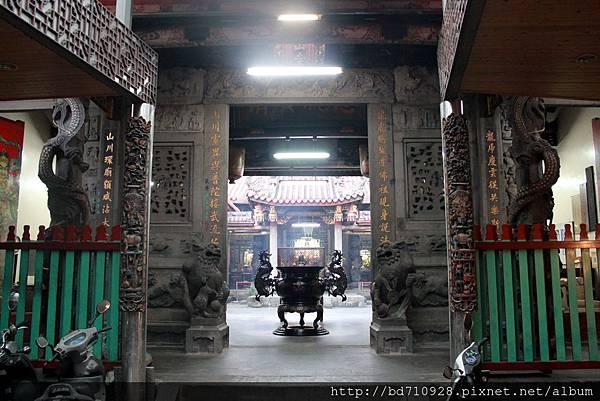龍山寺廟前外貌