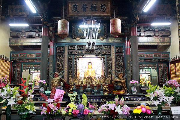 龍山寺正殿主祀觀音佛祖,在淡水人心中有著崇高的地位