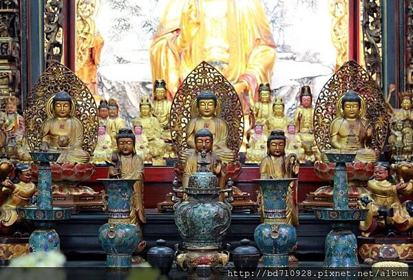 後排為三寶佛祖(由左而右為:阿彌陀佛、釋迦牟尼佛、藥師佛)聖像;前排為西方三聖(由左而右為:大勢至菩薩、阿彌陀佛、觀世音菩薩)聖像