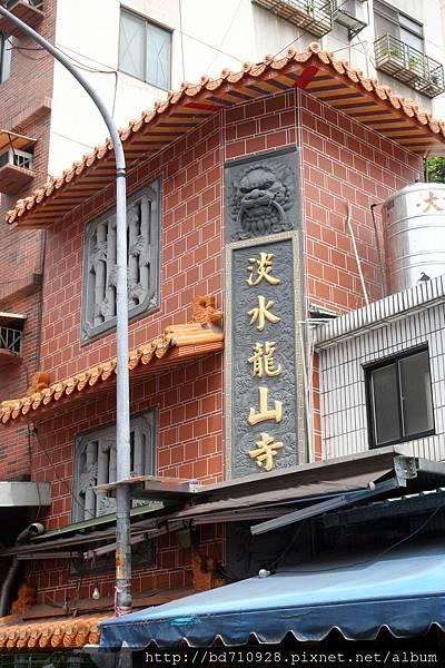 淡水龍山寺座落於傳統市場內