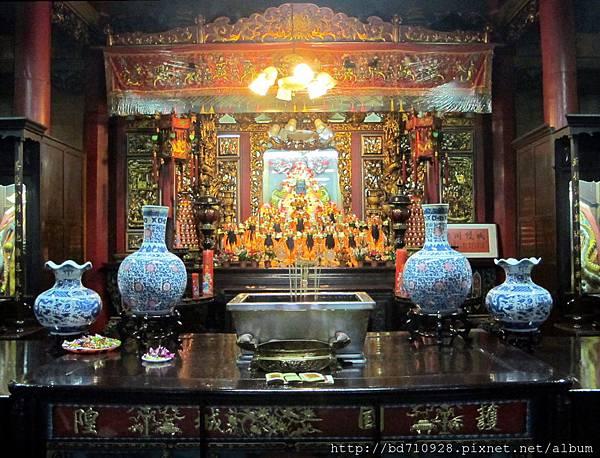 護國城隍廟正殿主祀護國城隍,相傳是清代基隆廳第七任海防通判包容