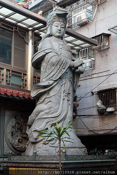 廟埕龍側六十噸青斗原石雕刻而成的立體媽祖神像