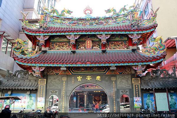 慶安宮氣勢恢弘的牌樓