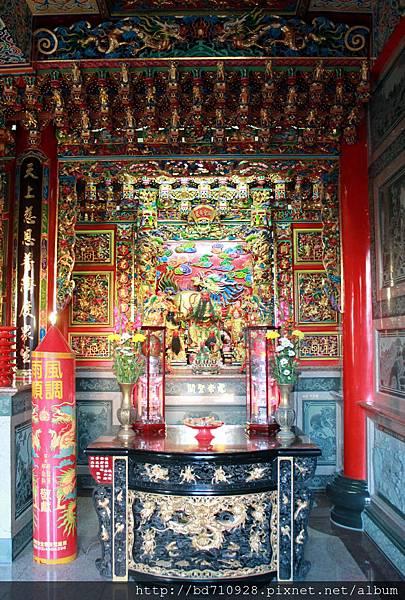 凌霄寶殿左邊神龕奉祀關聖帝君