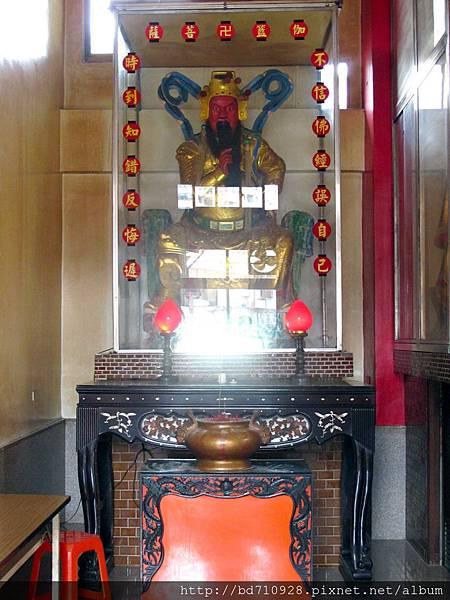 二樓正殿右邊神龕奉祀伽藍菩薩
