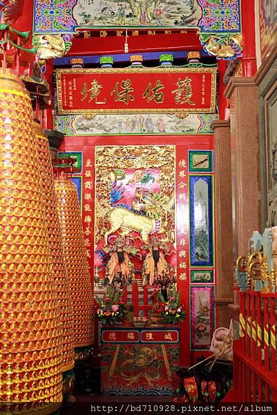 正殿左邊神龕奉祀城隍尊神、福德正神