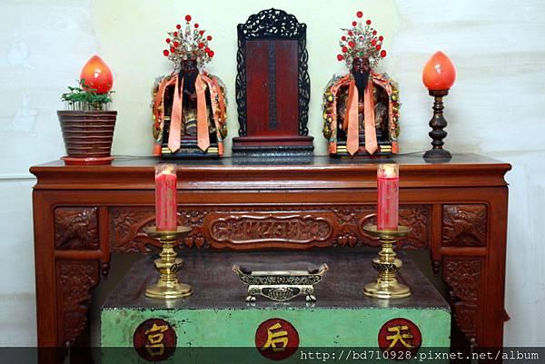 文武將軍聖像。左邊「文將軍」是清朝台東的第一位地方官「袁聞柝」先生;右邊雙手比劍指手勢的「武將軍」,是當時鎮守台東的鎮海後軍統領「張兆連」將軍