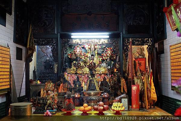 福安宮正殿主祀福德正神,同祀濟公禪師和玄壇元帥,為台東土地公廟的總廟