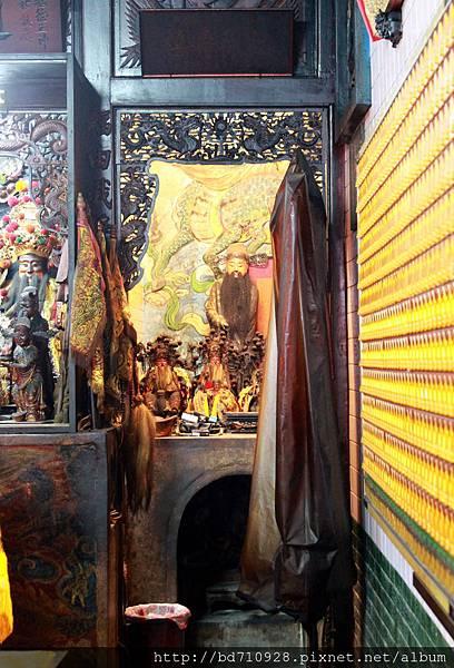 正殿左邊神龕奉祀文判官
