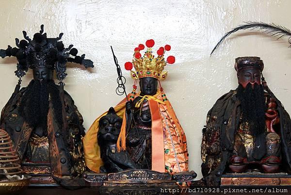 地藏王菩薩(中)、財神爺(右)、包府千歲(左)聖像