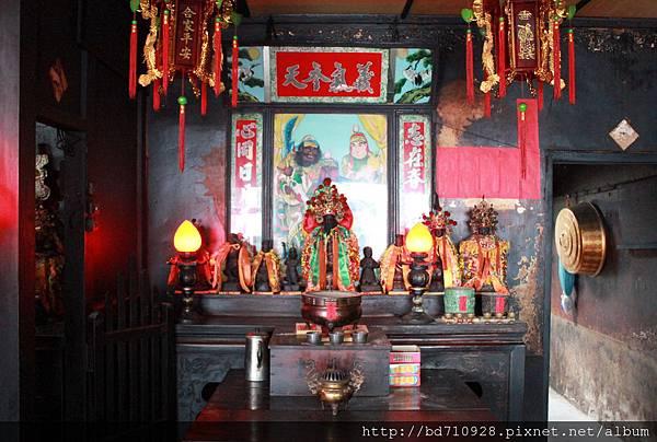 正殿左邊神龕奉祀關聖帝君、觀音佛祖、註生娘娘