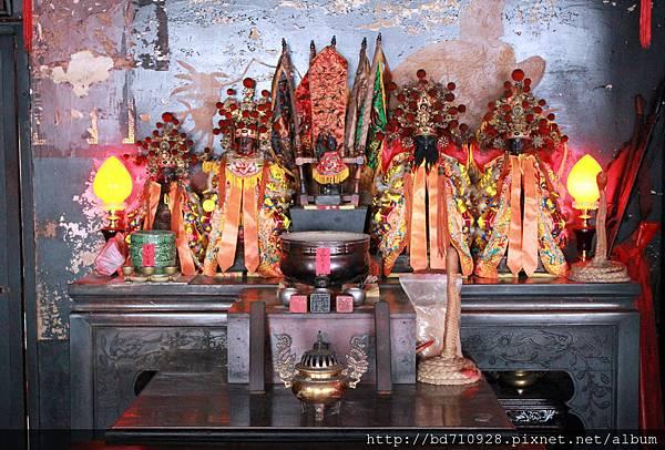 正殿右邊神龕奉祀中壇元帥、福德正神、徐府千歲、方府千歲
