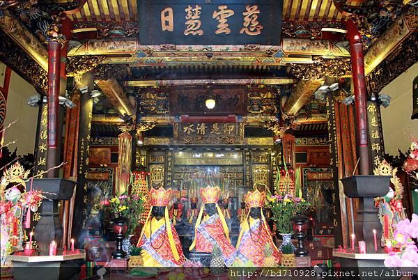 清水巖正殿主祀清水祖師,是艋舺居民重要的信仰中心之一