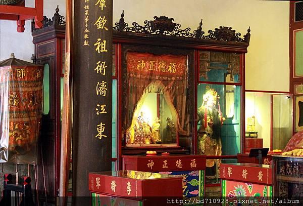 正殿神龕前右側奉祀至聖先師、福德正神、黃將軍和李將軍