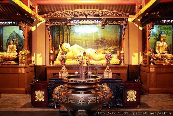 佛祖殿奉祀釋迦牟尼臥佛、地藏王菩薩;左邊神龕奉祀釋迦牟尼佛;右邊神龕奉祀藥師佛
