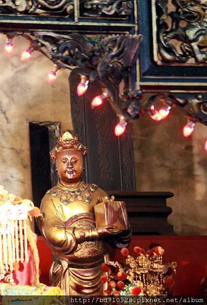 光緒皇帝「皇帝萬歲萬萬歲」諭旨牌座存放於正殿神龕內部
