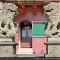 廟旁放有一對石獅