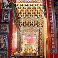 忠義宮正殿虎邊神龕,奉祀:霞海城隍爺、福德正神