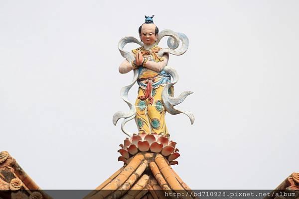 廟頂上善財童子神像