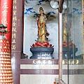 龍鳳佛堂二樓大雄寶殿龍邊神龕,奉祀:文殊菩薩
