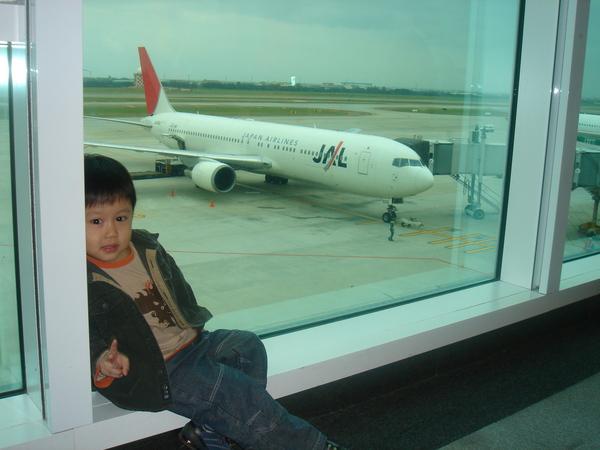 等飛機時我總是裝憂鬱