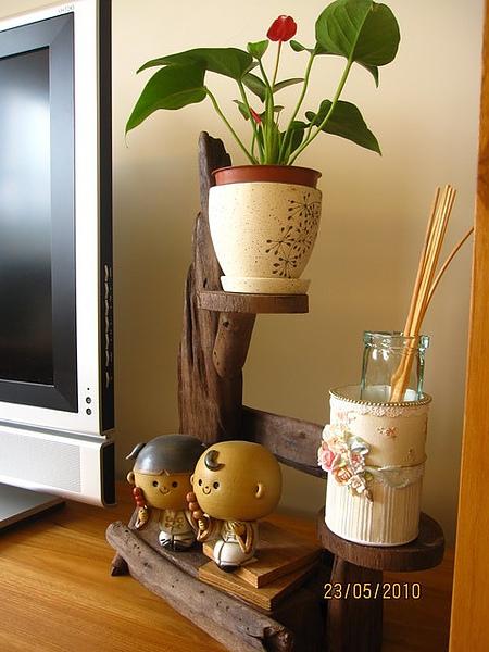 鶯歌陶瓷老街買的漂流木置物架,還有超可愛的陶瓷娃娃.jpg