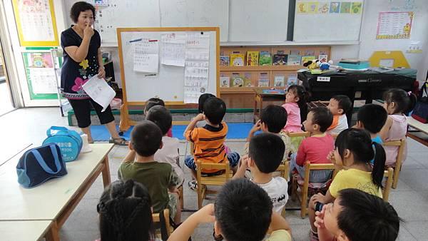 客語老師首先帶入簡單的課堂禮貌概念.JPG