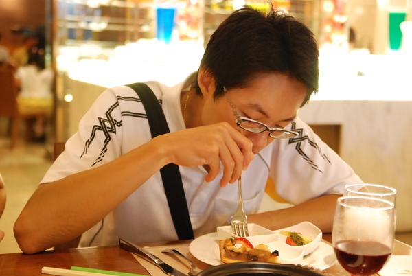 唐先生很專注的在吃飯