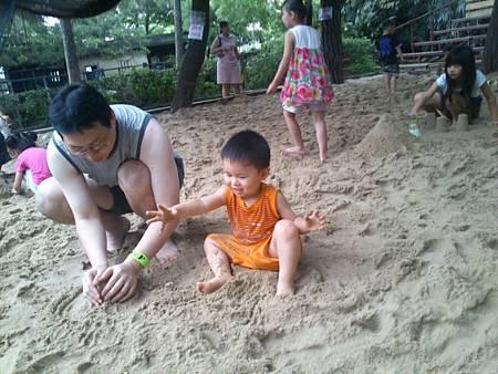 1Y11M+ 動物園沙坑初體驗
