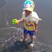 要去裝水,沖海浪沖得很高性的阿寶