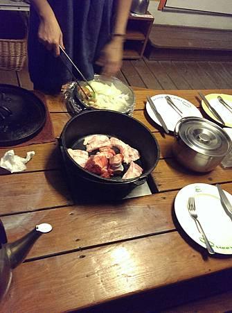 晚餐的荷蘭鍋,一開始先煎了一些松阪豬