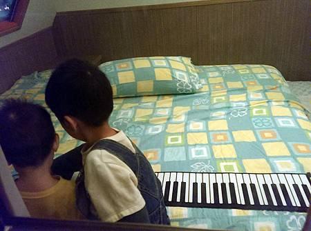 兩兄弟睡前玩電子琴