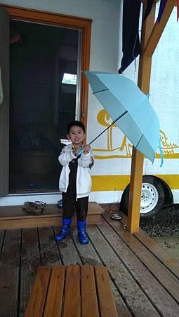 阿寶撐雨傘穿雨鞋出去散步