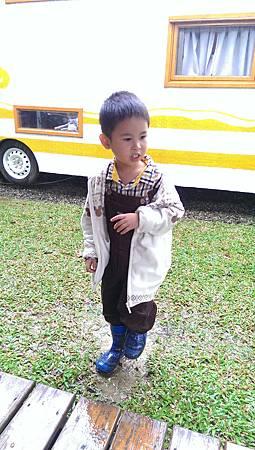 阿寶穿雨鞋很高興,跑去踩水窪