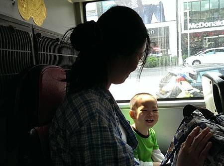 坐公車去動物園