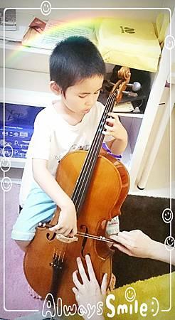 阿寶大提琴兩個月,上課調整姿勢中
