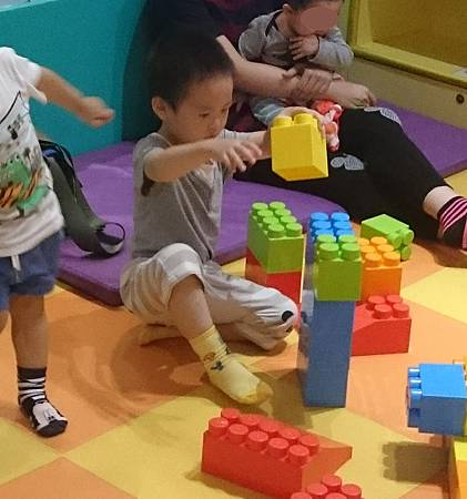 幼兒益智區玩大積木
