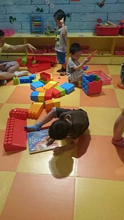 幼兒益智區玩立體拼圖,阿寶玩磁力遊戲
