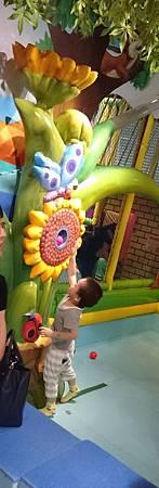 阿笛玩噴球機(放入洞口的球會被打到空中的透明管道裡面,最後掉入球池