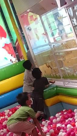 兩兄弟一起玩空氣柱遊戲