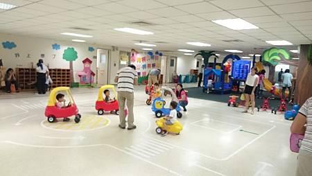 學校有各式各樣的車、還有溜滑梯,阿笛很自在