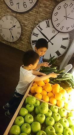 這些蔬菜水果都是假的,因為很像玩具,孩子們很開心想要拿起來玩,最後努力制止並溝通,孩子同意只能摸一下,不可以拿著玩