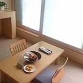 桌上的水果和點心都是招待的,和式桌和椅子都很舒服