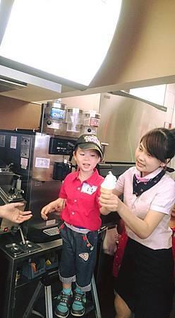 阿笛的蛋捲冰淇淋……完全是旁邊的麥當勞姐姐幫忙的啦!