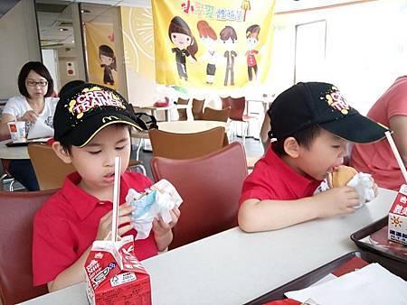兩孩子各吃了半個兒童餐的烤雞堡+鮮奶+蘋果,阿寶很遺憾沒有小薯......兒童餐健康化之後,薯條已經被去掉啦!