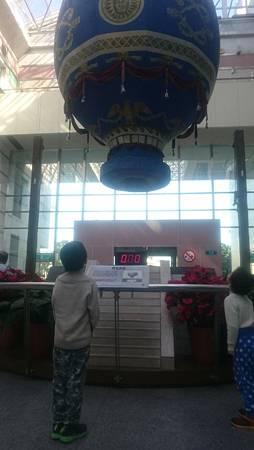 1F的熱氣球十分鐘升空一次